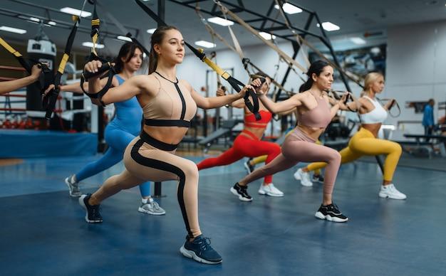 Groep vrouwen die evenwichtsoefening doen in de sportschool