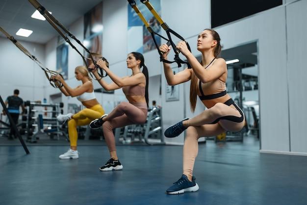 Groep vrouwen die evenwichtsoefening in gymnastiek doen.