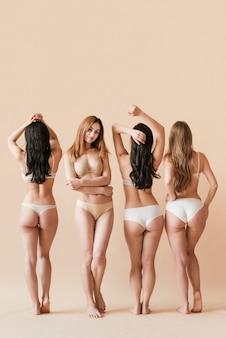 Groep vrouwen die in ondergoed stellen