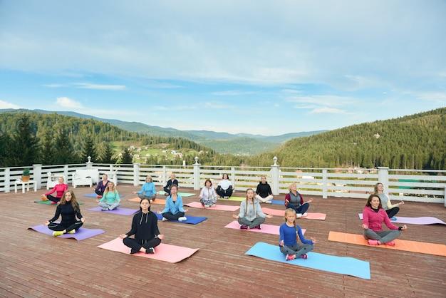 Groep vrouwen die meditatie op verse lucht uitoefenen.