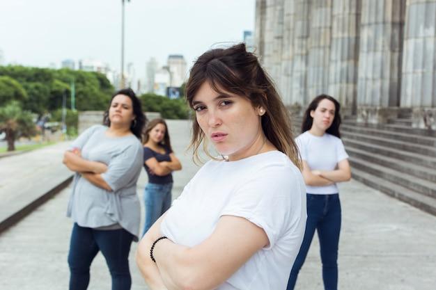 Groep vrouwen die samen aantonen