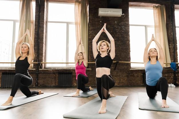 Groep vrouwen die samen bij de gymnastiek opleiden