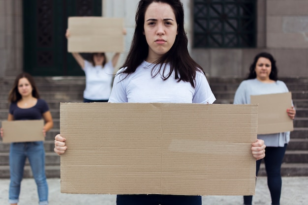 Groep vrouwen die samen voor rechten marcheren