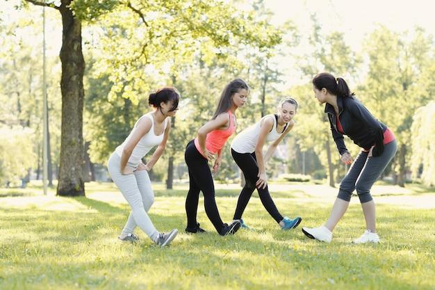Groep vrouwen die sporten buiten doen
