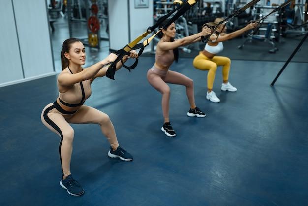 Groep vrouwen doen oefening in de sportschool, achteraanzicht.