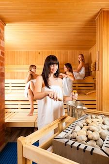 Groep vrouwen in de sauna