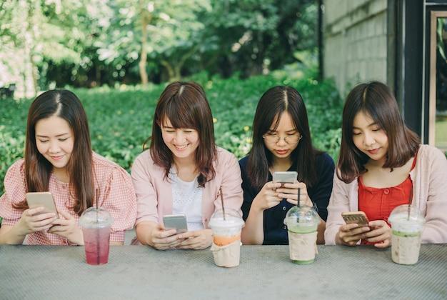 Groep vrouwen met behulp van smartphones