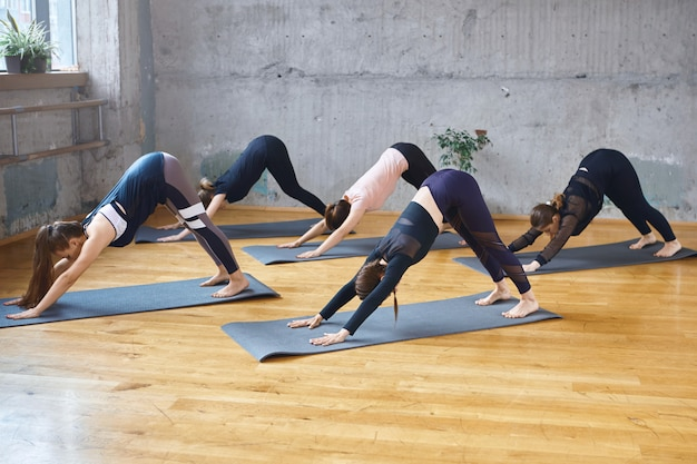 Groep vrouwen oefenen in hal.
