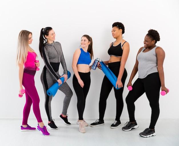 Groep vrouwen op pauze na de training