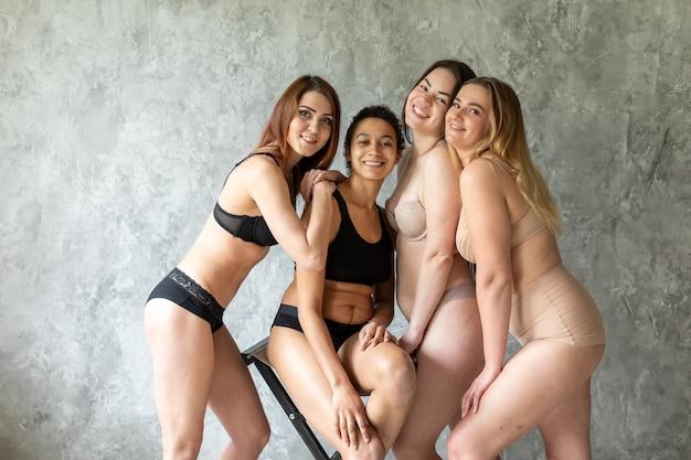 Groep vrouwen poseren in ondergoed
