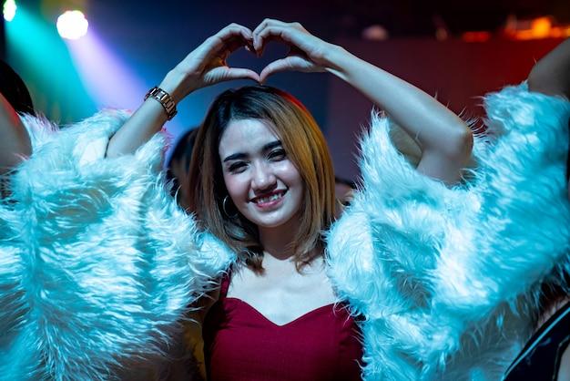 Groep vrouwen vriend plezier op feestje in dansclub