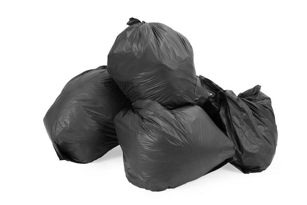 Groep vuilniszakken die op wit wordt geïsoleerd