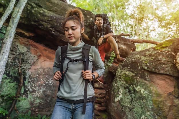 Groep wandelaars die neer in bos beklimmen