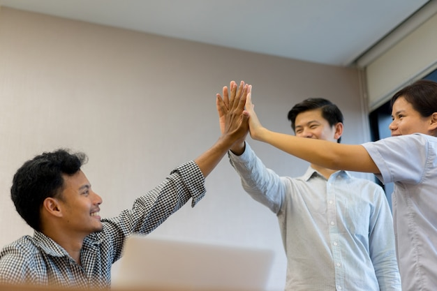 Groep werknemer hand stapelen samen voor vrolijk