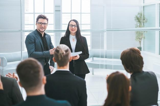 Groep werknemers die een nieuwe strategie bespreken tijdens een algemene vergadering. bedrijfsconcept