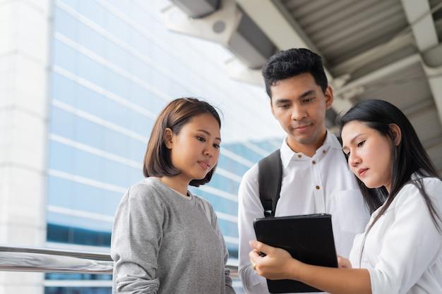 Groep werknemers die samen ontmoeten en raadplegen