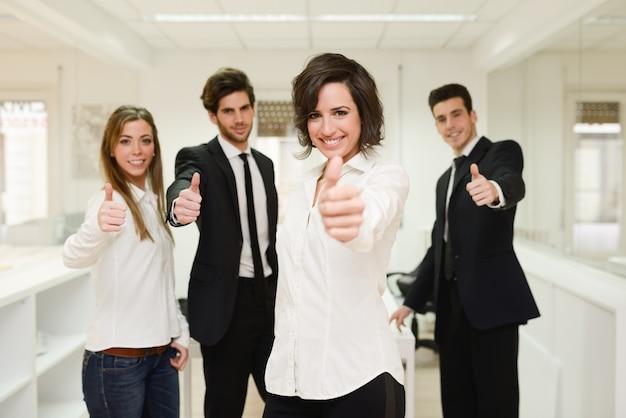Groep werknemers met thumbs up