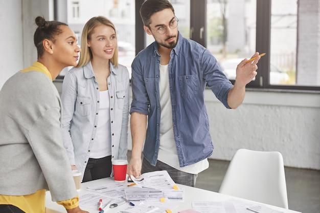 Groep werknemers werkzaam in kantoor