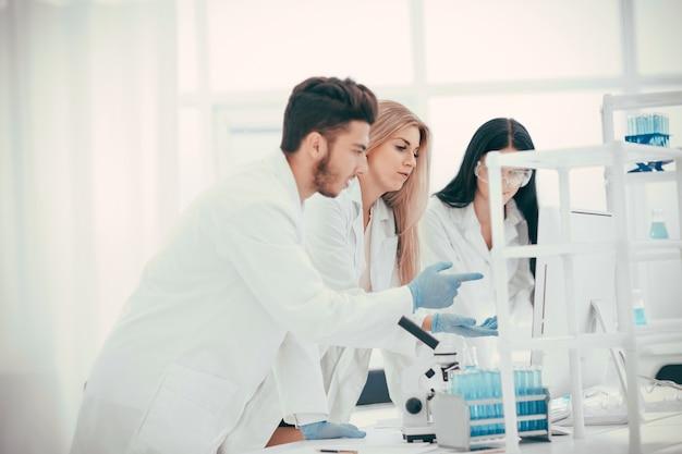 Groep wetenschappers die de resultaten bespreken van een onderzoek naar het coronavirus. foto met kopieerruimte
