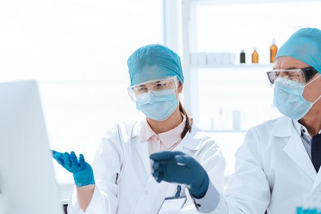 Groep wetenschappers die een computer gebruiken om gegevens te classificeren. wetenschap en gezondheid.