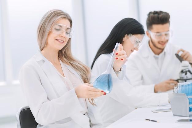 Groep wetenschappers doet onderzoek in het laboratorium. wetenschap en gezondheid