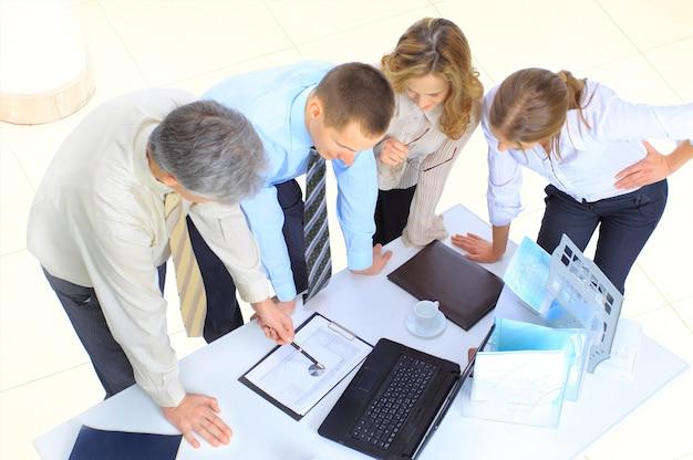Groep zakenlieden de sluiting van de transactie.