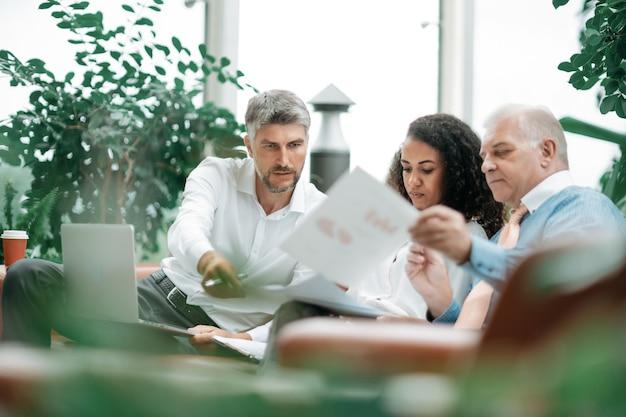 Groep zakenlieden die de voorwaarden van een nieuw project bespreken