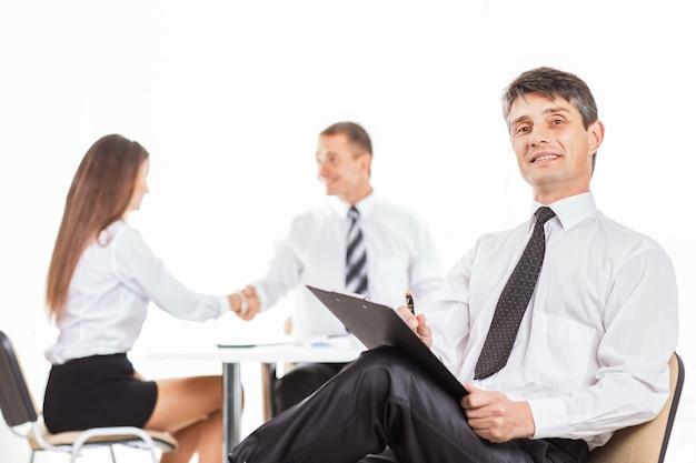 Groep zakenlieden die het beleid van het bedrijf bespreken