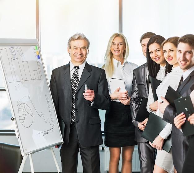 Groep zakenlieden die het beleid van het bedrijf op kantoor bespreken