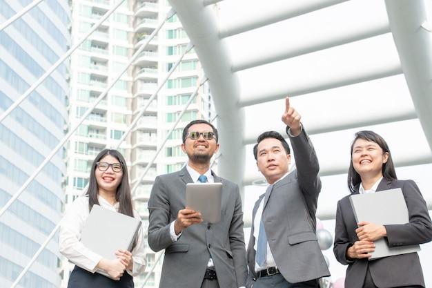 Groep zakenlieden en vrouwen werken samen buiten het kantoor
