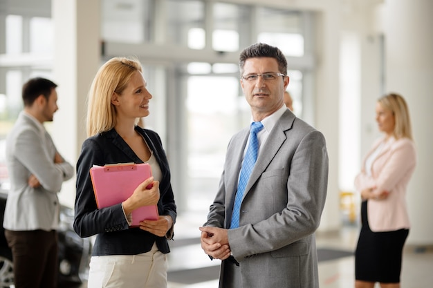 Groep zakenlieden en zakenvrouwen bij bedrijf