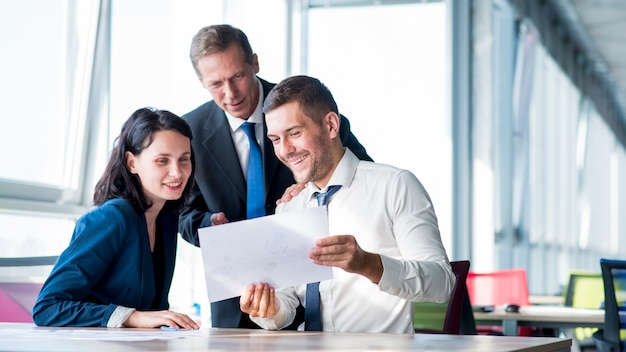 Groep zakenlui die businessplan in het bureau bekijken