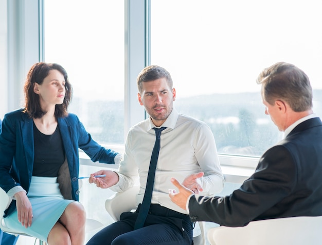 Groep zakenlui die gesprek in bureau hebben