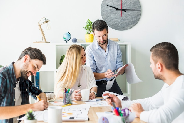Groep zakenlui die in bureau samenwerken