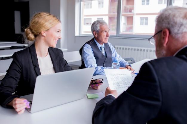 Groep zakenlui die in het bureau samenwerken