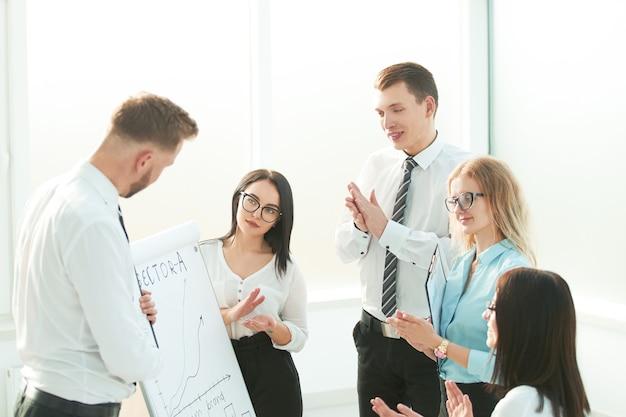 Groep zakenlui handen klappen tijdens vergadering presentatie bedrijf en onderwijs