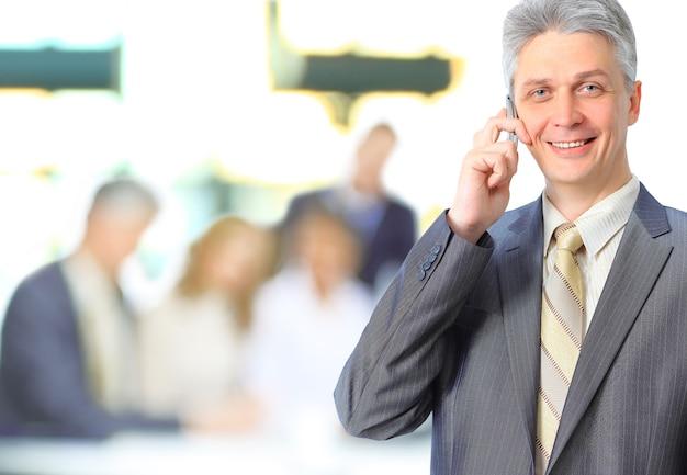 Groep zakenman die inkomen bespreekt