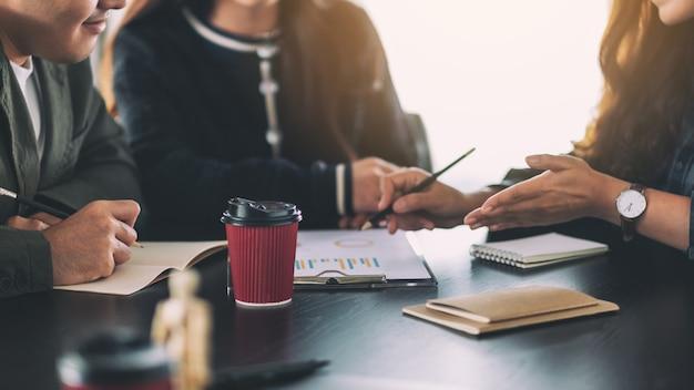 Groep zakenman werken en discussiëren over zakelijke gegevens samen op kantoor
