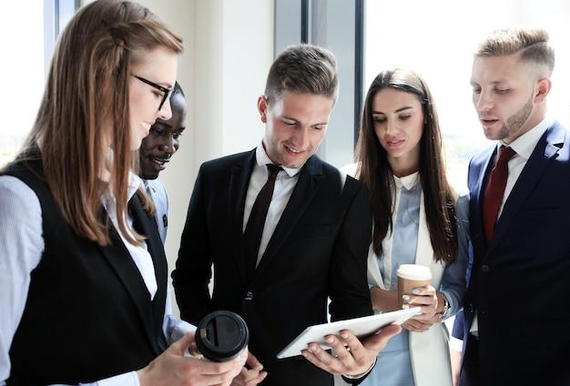 Groep zakenmensen die aan tablet werken