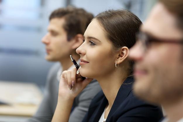 Groep zakenmensen die een conferentie bijwonen