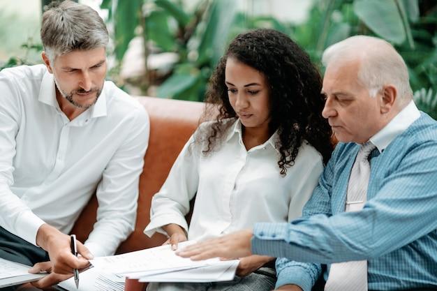 Groep zakenmensen die een winstgevende zakelijke aanbieding bespreken