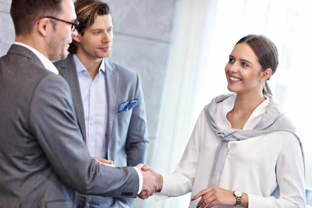 Groep zakenmensen die elkaar introduceren in een modern kantoor