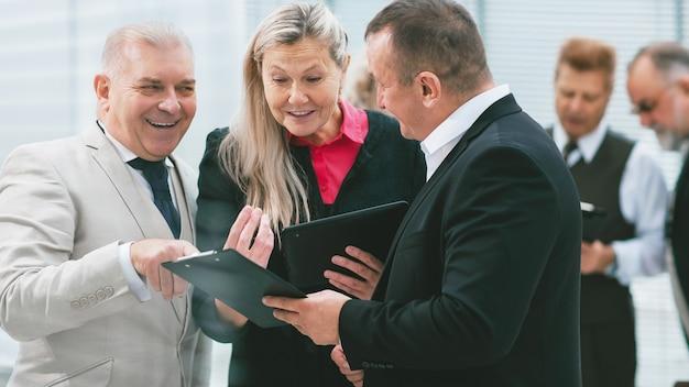 Groep zakenmensen die financiële documenten bespreken