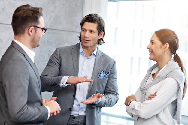 Groep zakenmensen die ideeën delen in een modern kantoor