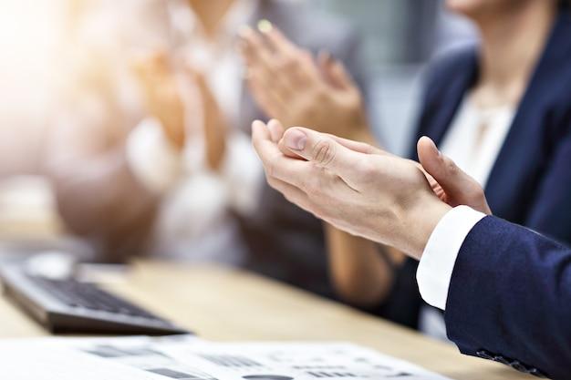 Groep zakenmensen die in de handen klappen op de conferentie