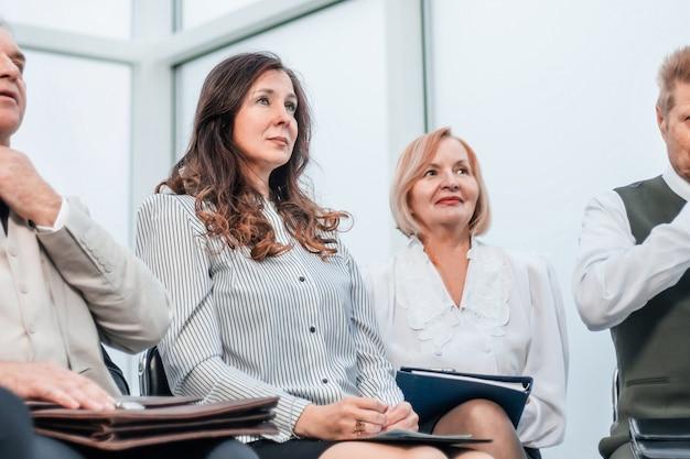 Groep zakenmensen die in de vergaderruimte zitten. foto met ruimte voor tekst