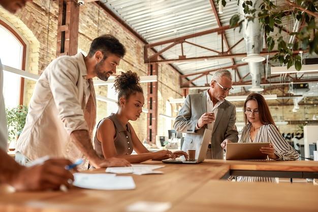 Groep zakenmensen die samenwerken en communiceren in het moderne kantoor