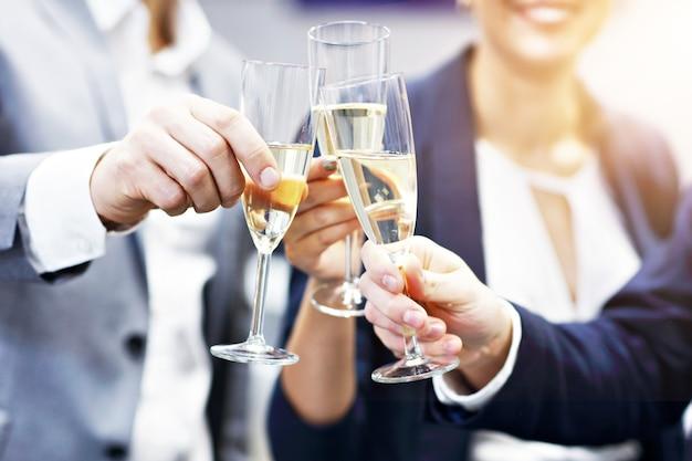 Groep zakenmensen die succes vieren in een modern kantoor