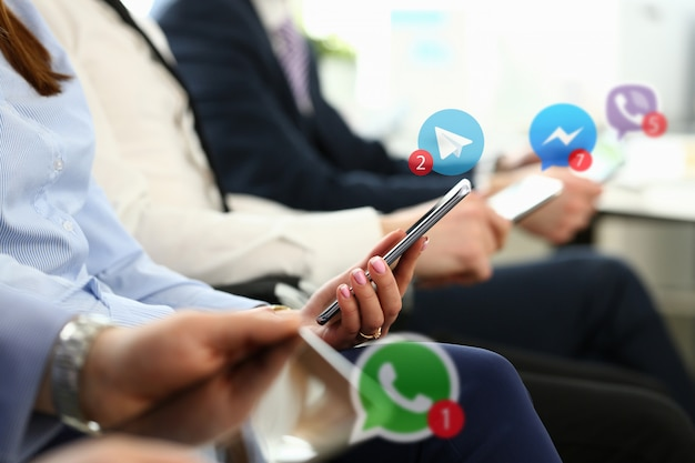 Groep zakenmensen houden mobiel apparaat