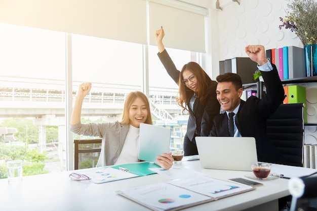Groep zakenvolkerengeluk in vergaderzaalbureau. succes zaken en partnersh